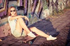 Fasonuje styl życia, Piękna młoda blondynki kobieta z deskorolka fotografia royalty free