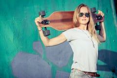 Fasonuje styl życia, Piękna młoda blondynki kobieta z deskorolka obrazy stock