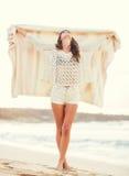 Fasonuje styl życia, piękna młoda kobieta na plaży przy zmierzchem zdjęcia royalty free