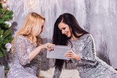 Fasonuje styl życia portret dwa dziewczyna przyjaciela trzyma urodzinowe jaskrawe teraźniejszość, być ubranym modny odziewa świec zdjęcie stock