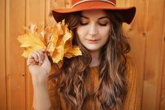 Fasonuje stylowego portret młoda modna kobieta w modnym kapeluszu zdjęcia stock