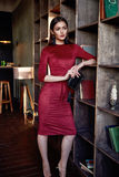Fasonuje stylowy kobiety odzieży czerwony chuderlawy smokingowy akcesoryjny pięknego Zdjęcia Stock