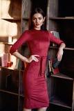 Fasonuje stylowy kobiety odzieży czerwony chuderlawy smokingowy akcesoryjny pięknego Zdjęcie Royalty Free