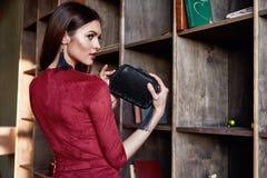 Fasonuje stylowy kobiety odzieży czerwony chuderlawy smokingowy akcesoryjny pięknego Obraz Stock