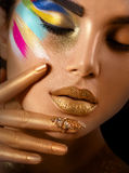 Fasonuje sztuka portret piękna kobieta z kolorowym abstrakcjonistycznym makeup Obrazy Stock