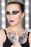 Fasonuje sztuka pracownianego portret piękna elegancka kobieta w czarnym turtleneck Włosy zbiera w wysokim promieniu Elegancki ba Obraz Stock