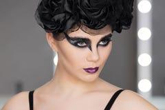 Fasonuje sztuka pracownianego portret piękna elegancka kobieta w czarnym turtleneck Włosy zbiera w wysokim promieniu Elegancki ba Obrazy Royalty Free