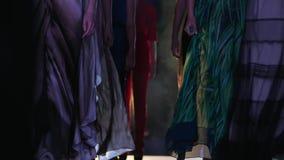 Fasonuje tydzień, grupa profesjonalistów modele w projektanta obuwiu z szpilkami i ubrania chodzą wzdłuż podium zakończenia zdjęcie wideo