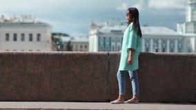 Fasonuje uśmiechniętej kobiety relaksuje mieć pozytywną emocję przy pejzaż miejski architektury tłem zbiory wideo