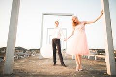 Fasonuje uroczej pięknej pary pozuje na dachu z miasta tłem Młody człowiek i zmysłowa blondynka plenerowi lifestyle obrazy stock