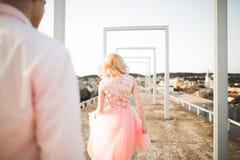 Fasonuje uroczej pięknej pary pozuje na dachu z miasta tłem Młody człowiek i zmysłowa blondynka plenerowi lifestyle fotografia stock