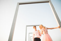 Fasonuje uroczej pięknej pary pozuje na dachu z miasta tłem Młody człowiek i zmysłowa blondynka plenerowi lifestyle zdjęcie royalty free