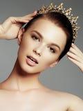 Fasonuje wspaniałej kobiety w diamentowej koronie, piękno konkursu zwycięzca Luksusowa dziewczyna z jaskrawym makeup obrazy royalty free
