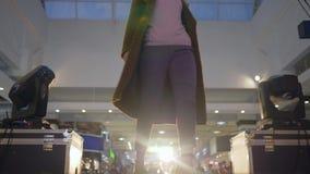 Fasonuje wybieg, model w żakieta spacerze przy podium w oświetleniu na tło zamazującej widowni zbiory wideo