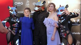 Fasonuje wydarzenie, sławne kobiety fotografują z animatorami w kostiumach i lustro maskach zbiory