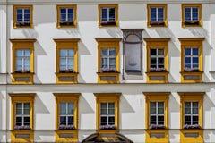 Fassade der alten Wohnung Stockbild