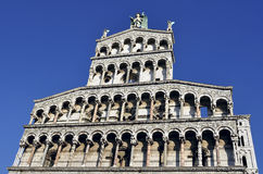 Fassade der Basilika in Lucca Stockfoto