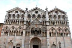 Fassade der Kathedrale von Ferrara Lizenzfreie Stockbilder
