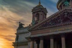 Fassade der Kirche gegen einen drastischen Himmel an der Dämmerung stockfotografie