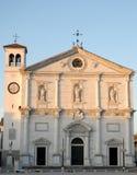 Fassade der Kirche, wenn drei Statuen, durch die untergehende Sonne belichtet sind, in Palmanova in Friuli (Italien) Lizenzfreies Stockfoto