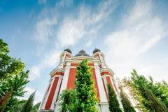 Fassade der orthodoxen Kirche umgeben durch Bäume des klaren Grüns Stockfotografie