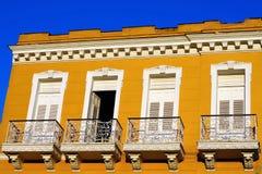 Fassade der typischen Kolonialgebäudeentwicklung lizenzfreie stockfotos