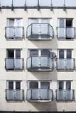 Fassade der Wohnungen mit einem Balkon im Stil der Siebziger Stockfotografie