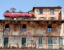 Fassade des alten Hauses mit Blumen Lizenzfreie Stockfotos