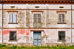 Fassade des alten ruinierten Hauses Stockfotografie