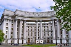 Fassade des Außenministeriums von Ukraine gegen den blauen Himmel Patriotisch fliegt die Flagge vom Wind stockfotos