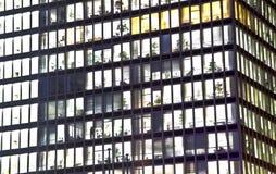 Fassade des Bürohauses bis zum Nacht Stockfotografie