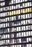 Fassade des Bürohauses bis zum Nacht Stockbilder