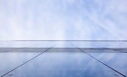 Fassade des Bürohauses mit bewölktem Himmel reflektierte sich Stockfotos