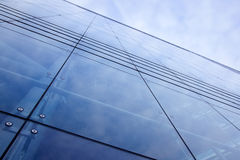 Fassade des Bürohauses mit bewölktem Himmel reflektierte sich Lizenzfreie Stockbilder