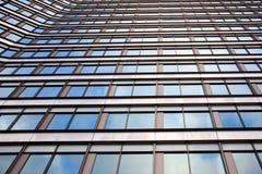 Fassade des Bürohauses mit bewölktem Himmel reflektierte sich Stockfoto