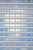 Fassade des Bürohauses mit bewölktem Himmel reflektierte sich Stockbilder