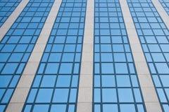 Fassade des Bürohauses mit bewölktem Himmel reflektierte sich Lizenzfreie Stockfotos