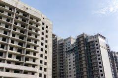 Fassade des Baus am Hintergrund des blauen Himmels, Entwicklung des modernen Stadtbetrugs Stockfoto