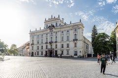 Fassade des Erzbischof ` s Palastes vom Hradcanske-Quadrat herein stockbild