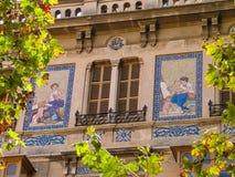 Fassade des Gebäudes mit einem Mosaikbild Stockfotografie