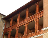 Fassade des Gebäudes mit hölzernen Balkonen Lizenzfreies Stockbild