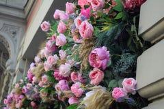 Fassade des Geb?udes wird mit Blumen verziert stockfotos