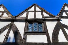 Fassade des gestalteten Hauses des Bauholzes Stockfotos