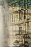 Fassade des Glases der Akademie von Künsten in Berlin mit Spiegel ima Stockbilder