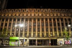 Fassade des großen gealterten kommunistischen Gebäudes mit der Brutalistarchitektur verlassen auf Magheru-Boulevard im Stadtzentr lizenzfreie stockfotos