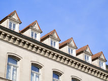 Fassade des Hauses mit blauem Himmel Stockfotos