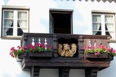Fassade des Hauses mit zwei Fenstern, einem Balkon und einem Smurf in Oberammergau in Deutschland Stockbilder
