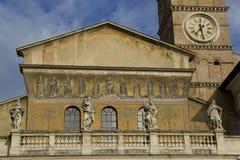 Fassade des Heiligen Maria in Trastevere, Rom Stockbilder