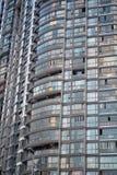 Fassade des hohen Gebäudes voll der Wohnungen in der Stadt Stockfotos