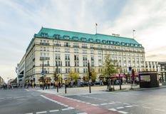 Fassade des Hotels Adlon an der berühmten Straße in Berlin - unter Höhle Lizenzfreie Stockbilder